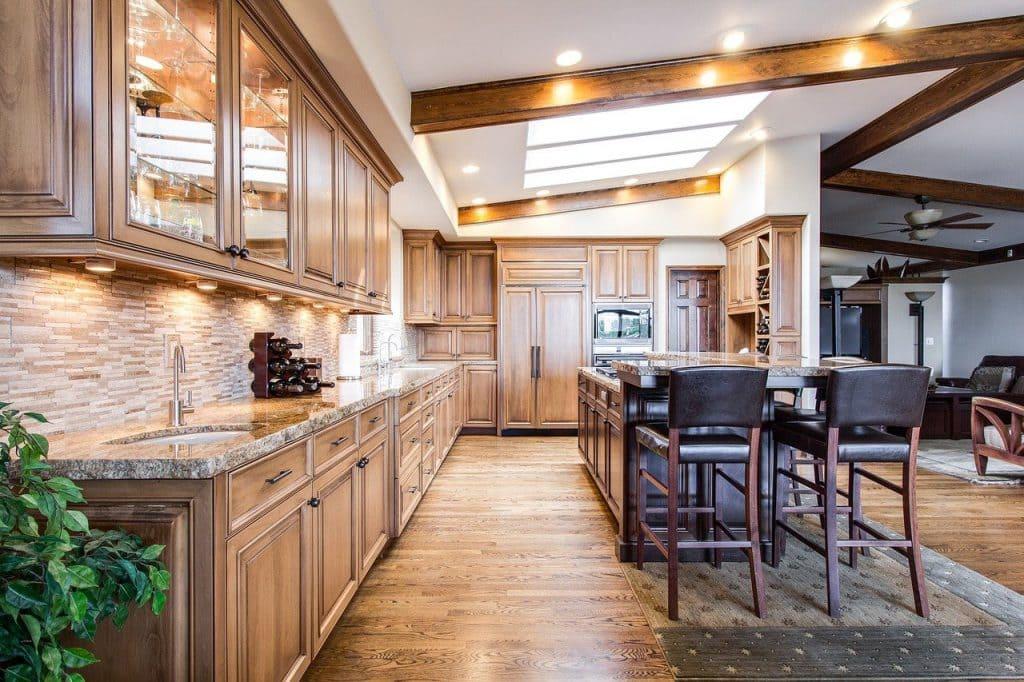 kitchen set bergabung dengan meja makan dan ruang santai keluarga